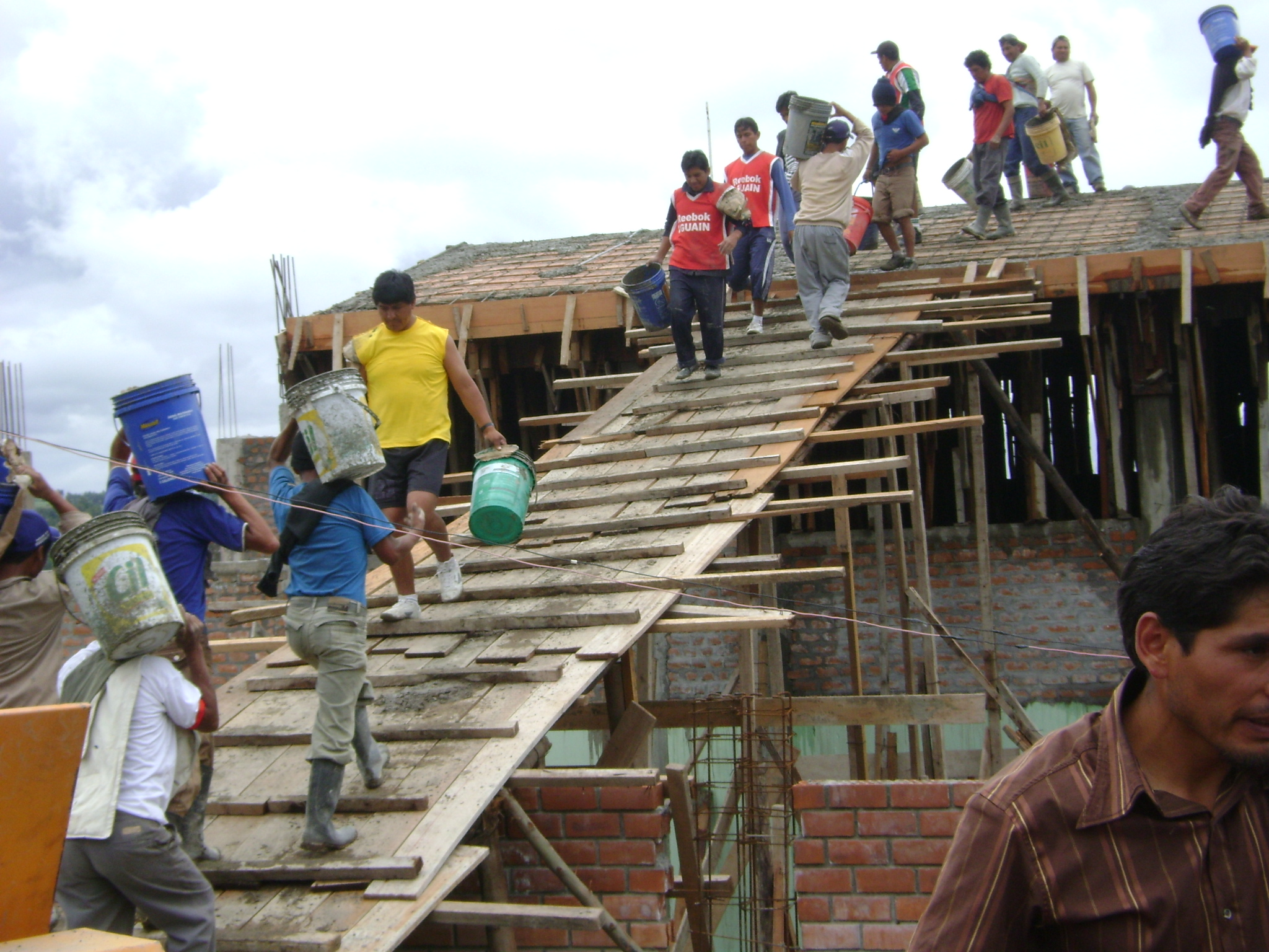 Sector construcci n peruano crecer 6 8 durante este a o for Construccion de piscinas precios chile