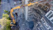 Una excavadora Liebherr de demolición opera en Hamburgo